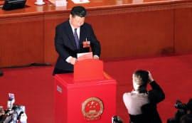 憲法改正案の投票をする習近平国家主席(11日午後、北京の人民大会堂)=三村幸作撮影