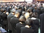 仙台市の追悼式で黙とうする参加者(11日)