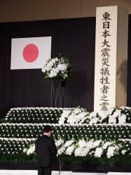 仙台市の追悼式で追悼の言葉を述べる宮城県の村井嘉浩知事(11日)