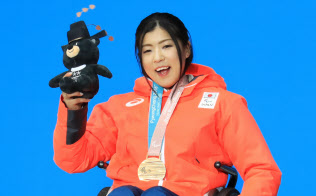 銅メダルを獲得し、表彰式で笑顔を見せる村岡