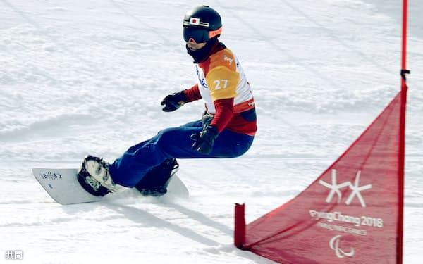 スノーボードクロス男子大腿障害予選 滑走する小栗大地。決勝に進んだ(12日、平昌)=共同