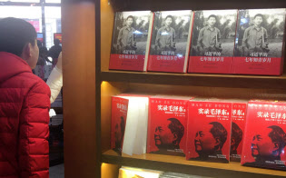 北京・王府井にある国営書店の店頭では若い頃の習近平国家主席を描いた書籍の列が毛沢東の列の上に