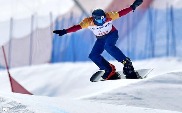 平昌パラリンピックのスノーボードクロス男子下肢障害予選で滑走する成田緑夢(12日、平昌)=共同