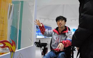 江陵市の五輪・パラリンピック広報施設で来場者を案内するクォンさん(8日、江陵)=西城彰子撮影
