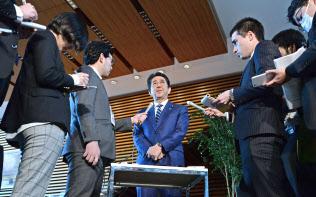 森友文書の書き換え問題で、記者の質問に答える安倍首相(12日午後、首相官邸)