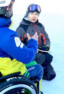 選手からチェアスキーの調整具合を聞き取る石原亘さん