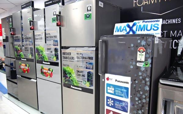花柄をあしらった冷蔵庫など、インドの風習にあった白物家電を現地で独自開発している(インドのショールーム)
