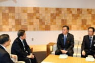 意見を交わす阿部知事(左から3人目)と柘植社長(同2人目)