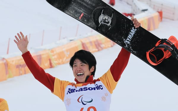 スノーボードクロス男子下肢障害で銅メダルを獲得した成田(12日、平昌)=横沢太郎撮影