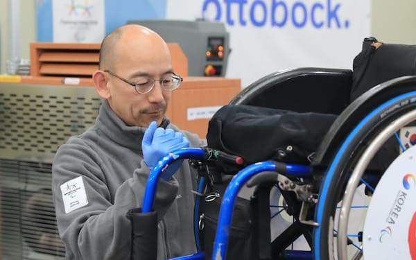 選手村で義肢や器具を無償修理するオットーボック・ジャパンの高橋さん(7日、平昌)=横沢太郎撮影