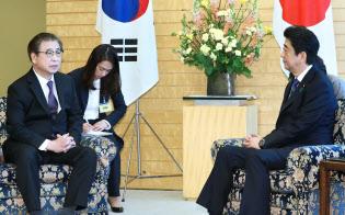 韓国の徐国家情報院長と会談する安倍首相(13日午前、首相官邸)