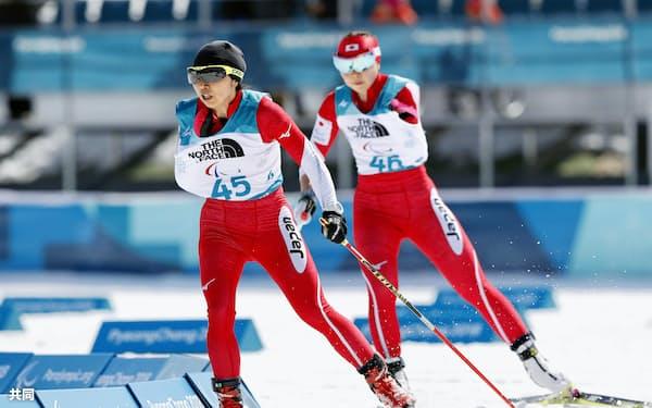 女子10キロ立位 力走する出来島桃子(左)と阿部友里香(13日、平昌)=共同