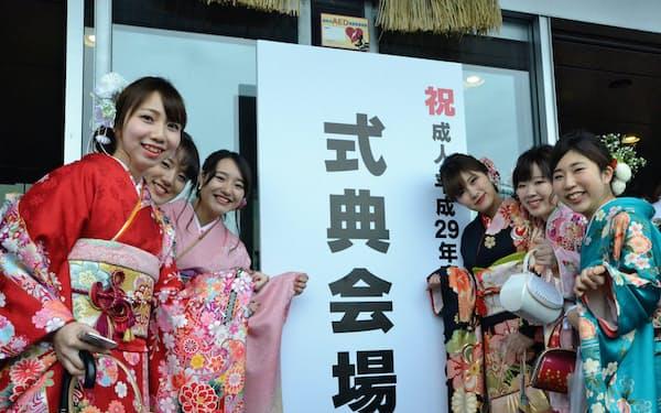 成人年齢が20歳から18歳になる(式典に臨む新成人たち、1月8日、福岡市)