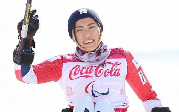スーパー複合女子座位で銅メダルを獲得し笑顔の村岡=横沢太郎撮影
