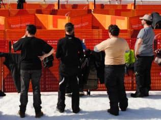 パラアルペンスキーの会場で半袖姿で観戦する観客(13日、平昌)=西城彰子撮影