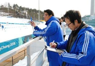 ノルディックスキー距離の会場で風速などを計測するウェザーニューズの浅田さんら(12日、平昌)=西城彰子撮影