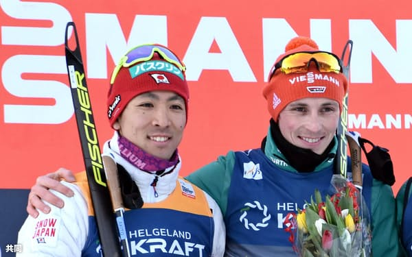 表彰台で笑顔を見せる2位の渡部暁斗。右は優勝したエリック・フレンツェル(13日、トロンヘイム)=共同