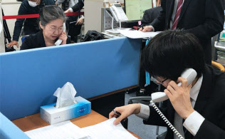 回答状況を電話で聞く金属労協の職員(14日午前、東京都中央区)