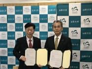 教育研究連携協力に関する協定を結んだ岡嶐一・会津大学学長(左)と小山清人・山形大学学長(14日、山形大学米沢キャンパス)