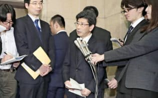 国税庁長官を辞任し、取材に応じる佐川宣寿氏(中央。3月9日夜、財務省)
