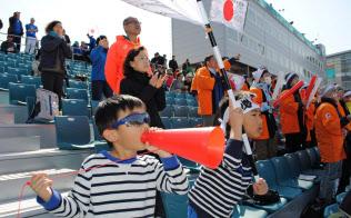 声援を送る大翔くん(右)と健翔くん(14日、平昌)=西城彰子撮影