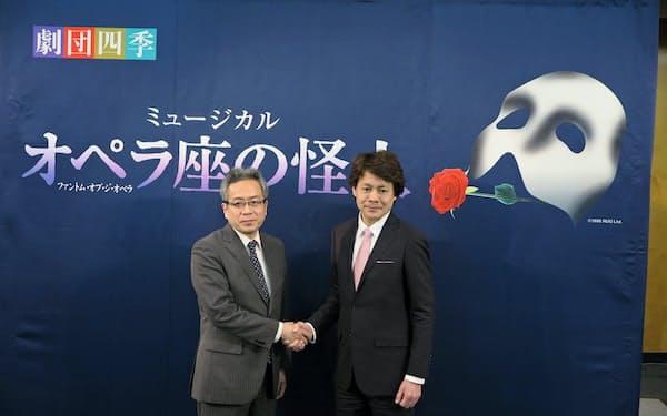 吉田智誉樹劇団四季社長(左)と怪人を演じる佐野正幸氏(14日、静岡市内)