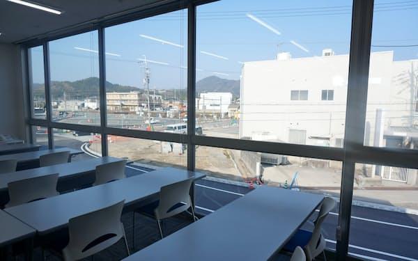 店舗の広い窓から祭りを観覧できるように地域住民に開放する(兵庫県福崎町)
