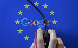 欧州委はグーグルなど検索サイトへの規制を検討している(EU旗の中に描かれたグーグルのロゴ)=ロイター
