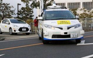 無人の自動運転車両が道路を横切り右折に合流した(5日、愛知県春日井市)
