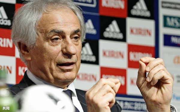 サッカー日本代表メンバーを発表し、記者の質問に答えるハリルホジッチ監督(15日午後、東京都文京区)=共同