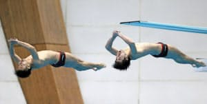 シンクロ板飛び込みで3位に入った坂井(右)、寺内組(15日、静岡県富士水泳場)=共同