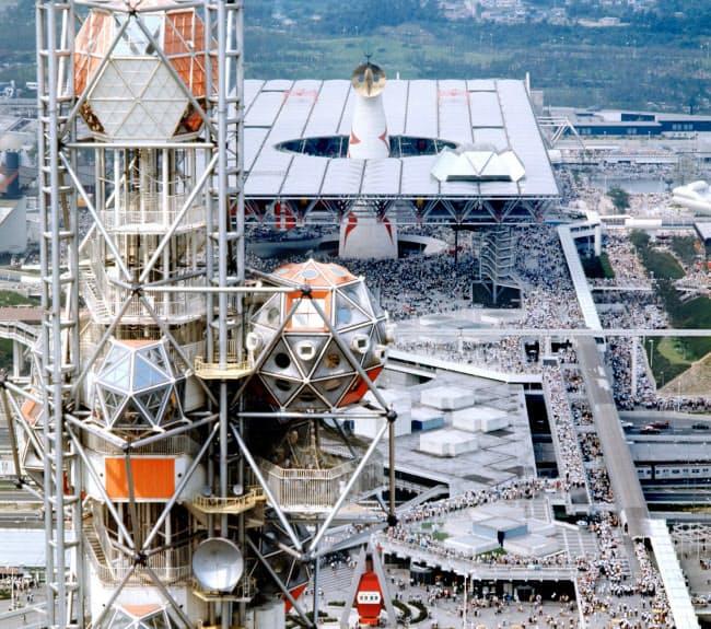 にぎわう万博会場。太陽の塔(奥)の周りには未来社会の展示があった大屋根が、手前にはシンボルのエキスポタワーがあった  (1970年)