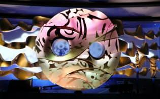 地下展示室にある「地底の太陽」。金色の表面は反射具合の検討を重ね、万博当時の展示をモチーフにした映像などが投映される