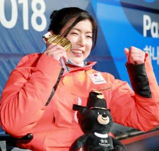 アルペンスキー女子大回転座位で獲得した金メダルを手に笑顔を見せる村岡=横沢太郎撮影
