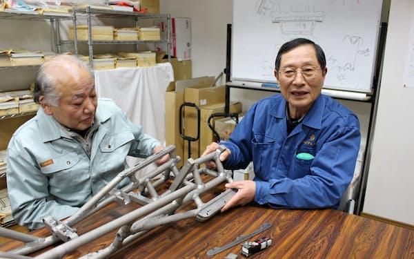 新潟県三条市で自作のスレッジとブレードホルダーを手にする田辺専務(右)