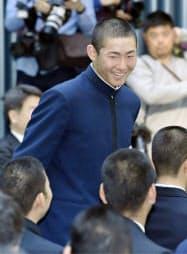 選手宣誓が決まり笑顔を見せる瀬戸内の新保利於主将(16日午前、大阪市)=共同