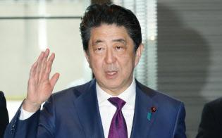 首相官邸に入る安倍首相(16日午前)