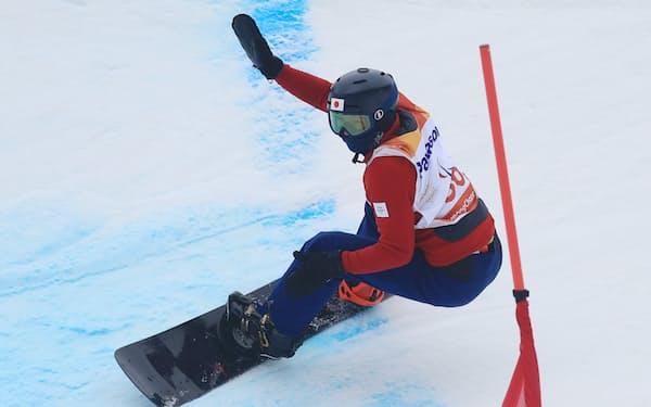 スノーボードバンクドスラローム男子下肢障害で2本目を滑走する成田=横沢太郎撮影