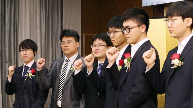 記者会見する井山裕太王座(左端)ら、ワールド碁チャンピオンシップに出場する棋士ら(16日、東京都千代田区)