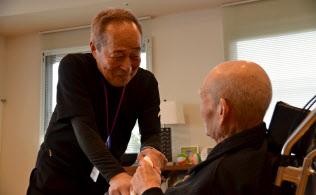 田坂憲一さん(71)は自らも高齢ながら介護職員として働く(川崎市の特別養護老人ホーム)