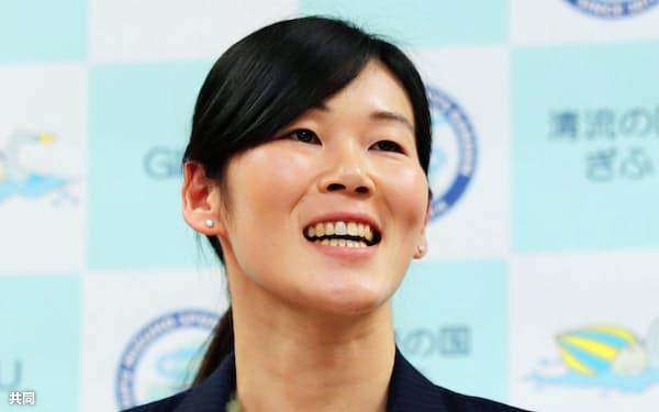 引退記者会見で笑顔を見せる、リオ五輪競泳女子200メートル平泳ぎ金メダルの金藤選手(16日午後、岐阜県庁)=共同