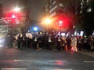 雨が降る中首相官邸の前では「安倍は辞めろ」などとデモが開かれていました。(16日夜)