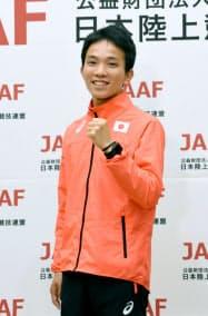 アジア大会のマラソン男子代表となり、記者会見後にポーズをとる井上大仁(16日、東京都内)=共同