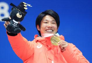表彰式で金メダルを手に笑顔の成田緑夢選手(16日、平昌)=横沢太郎撮影