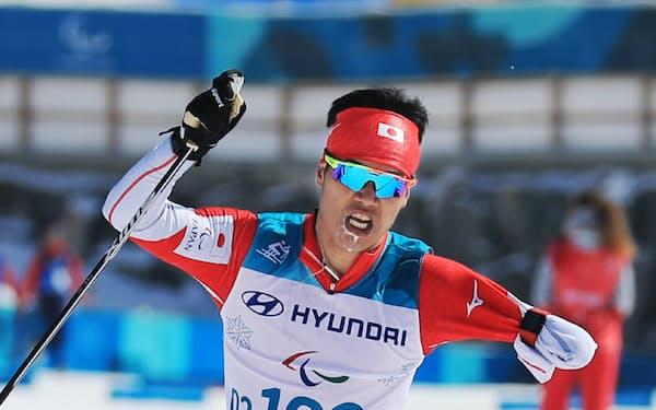 距離男子10キロクラシカル立位で金メダルを獲得した新田佳浩選手(17日午前、平昌)=横沢太郎撮影