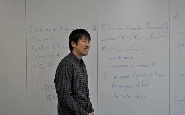 AIの機械学習の理論の数式を説明する中島寛人・上席研究員