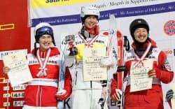 男子デュアルモーグルの表彰式で笑顔を見せる(左から)2位の原大智、優勝した堀島行真、3位の遠藤尚(17日、札幌市ばんけい)=共同
