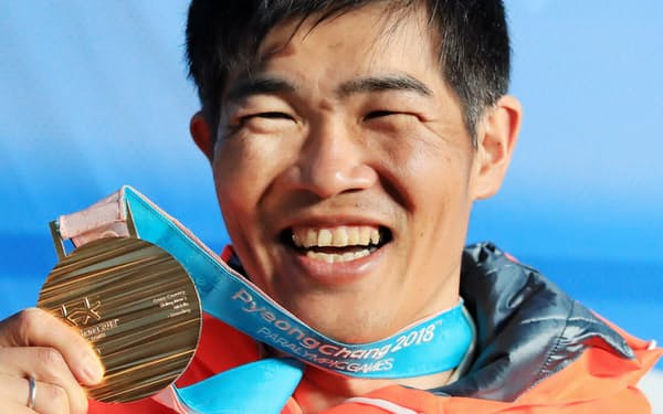 金メダルを手に笑顔の新田佳浩選手(17日、平昌)=横沢太郎撮影