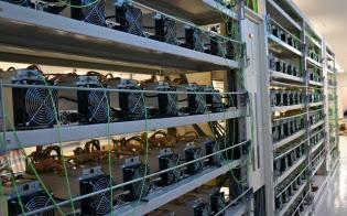 DMMが3月開業したマイニング施設には約1000台の専用機器が所狭しと並ぶ(金沢市)