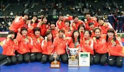 4連覇を果たし、笑顔でポーズをとる日本選手ら(18日、高崎アリーナ)=共同